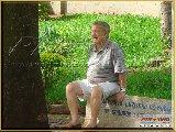 Fundação Educandário Cel Quito Junqueira - Nesta imagem, o saudoso Joaquim Porfírio, sentado em um banco ao lado do Grupo Escolar, contempla a vastidão verde, do campo principal de futebol, circundada por dezenas de arvores de eucalípitos que ele plantará a muitos anos. - Fonte: